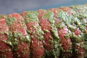 Kødet er smurt ind og klar til at blive pakket i pose et par døgn så smagen kan trænge ind
